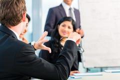Азиатские предприниматели в встрече команды офиса Стоковая Фотография