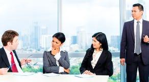 Азиатские предприниматели в встрече команды офиса стоковая фотография rf