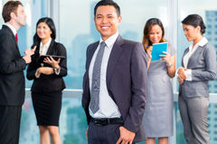 Азиатские предприниматели имея встречу в офисе Стоковое Изображение RF