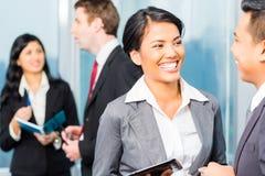 Азиатские предприниматели имея встречу в офисе стоковое фото