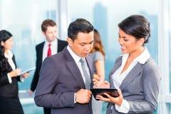Азиатские предприниматели имея встречу в офисе стоковые фото