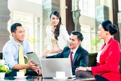 Азиатские предприниматели имея встречу Стоковое Изображение