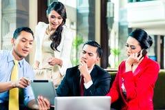 Азиатские предприниматели имея встречу Стоковая Фотография RF