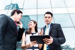 Азиатские предприниматели работая снаружи стоковые изображения rf