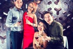 Азиатские друзья выпивая вино в баре Стоковое фото RF