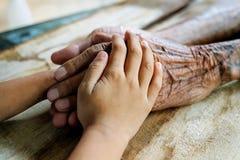 Азиатские руки старика стоковая фотография rf