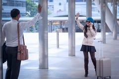Азиатские рукопожатие и приветствие бизнесмена с weari женщин перемещения Стоковые Фотографии RF
