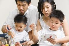 азиатские семьи траты времени детеныши совместно Стоковые Фотографии RF