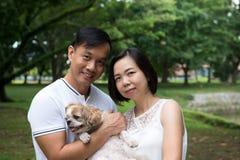 Азиатские симпатичные пары с собакой tzu shih стоковое изображение