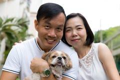 Азиатские симпатичные пары с собакой tzu shih стоковые изображения