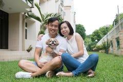 Азиатские симпатичные пары с собакой tzu shih стоковое фото