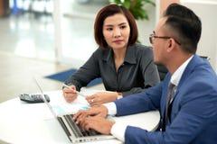 Азиатские сотрудники сфокусированные на Start-up проекте Стоковая Фотография RF