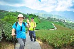 азиатские старшие пары в природе стоковая фотография