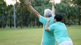 Азиатские старшие пары счастливые и наслаждаются жизнью в парке Стоковое Изображение RF