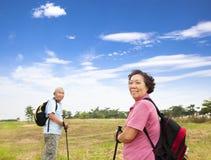 Азиатские старшие пары hiking в природе Стоковое фото RF