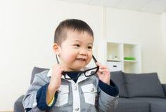 Азиатские стекла носки мальчика стоковые фотографии rf
