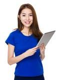 Азиатские сторона улыбки студента женщины и счастливый с держать компьютер Стоковая Фотография RF
