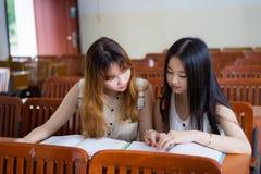 Азиатские студенты колледжа стоковое изображение