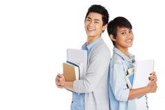 Азиатские студенты стоя спина к спине Стоковая Фотография