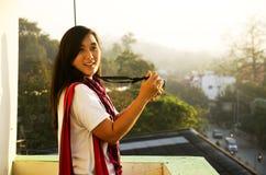 Азиатские тайские женщины снимая фото благоустраивают город Lampang в mornin Стоковое Фото