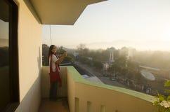 Азиатские тайские женщины снимая фото благоустраивают город Lampang в mornin Стоковые Фотографии RF