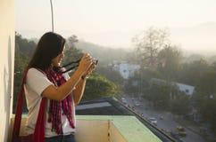 Азиатские тайские женщины снимая фото благоустраивают город Lampang в mornin Стоковое Изображение RF