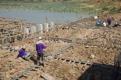 Азиатские тайские работники и мост здания построителя команды работая новый Стоковые Изображения