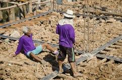 Азиатские тайские работники и мост здания построителя команды работая новый Стоковое Изображение RF