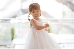 Азиатские танцы девушки стоковые фото