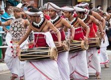 Азиатские традиционные танцоры в perahara стоковое изображение rf