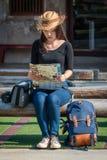 Азиатские туристские backpackers ища направление стоковые изображения rf