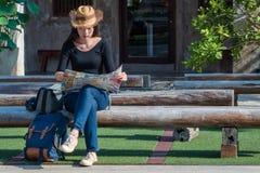 Азиатские туристские backpackers ища направление стоковая фотография