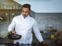 Азиатские шеф-повара, варя для того чтобы быть очень вкусный и умелый стоковые изображения