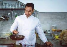 Азиатские шеф-повара, варя для того чтобы быть очень вкусный и умелый стоковые фото