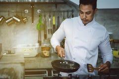 Азиатские шеф-повара, варя для того чтобы быть очень вкусный и умелый стоковая фотография rf