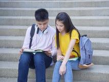 Азиатские школьники, мужчина и женское стоковое изображение rf