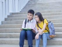Азиатские школьники, мужчина и женское стоковая фотография rf