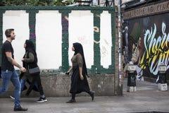 Азиатские люди идя на майну кирпича улицы, Лондон, Англия стоковое изображение rf