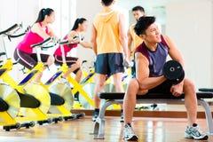 Азиатские люди работая спорт для фитнеса в спортзале Стоковое фото RF