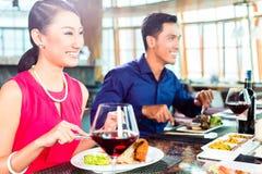 Азиатские люди штрафуют обедать в ресторане Стоковая Фотография RF