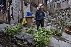 Азиатские люди Miao фермера женщины, стойки в крестьянине двора hous Стоковое Фото