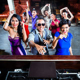 Азиатские люди partying на танцплощадке в ночном клубе Стоковое Изображение RF