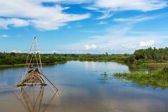 Азиатский ландшафт с рыбацкой лодкой Стоковые Изображения RF