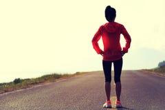 Азиатский бегун женщины на горной тропе Стоковое Изображение RF
