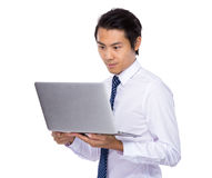 Азиатский бизнесмен держа компьтер-книжку Стоковое Изображение RF