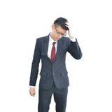 Азиатский бизнесмен имеет головную боль изолированный на белой предпосылке, cl стоковое фото rf