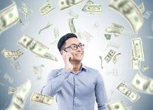 Азиатский бизнесмен на телефоне, дожде доллара Стоковые Фото
