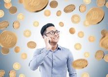 Азиатский бизнесмен на телефоне, дожде bitcoin Стоковые Изображения