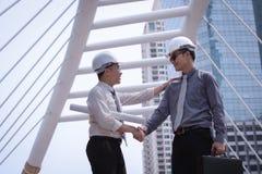 Азиатский бизнесмен обсуждает и трясет руку с архитектором инженера Стоковая Фотография RF