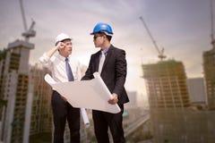 Азиатский бизнесмен обсуждает с архитектором профессиональным o инженера Стоковые Изображения RF